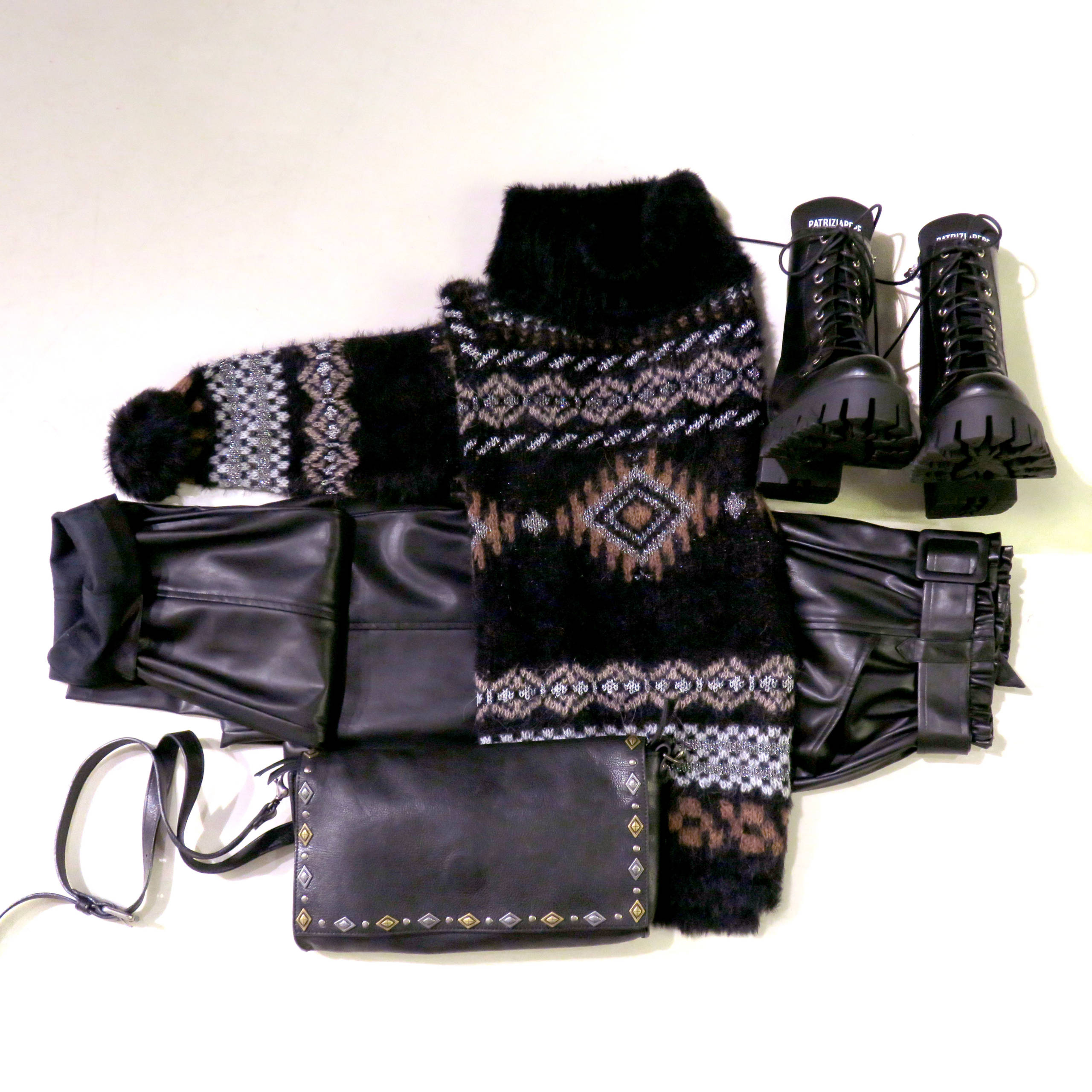 outfit donna con pantaloni in ecopelle